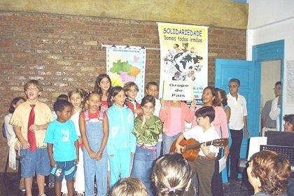 2005_Maes-criancas_cantanto